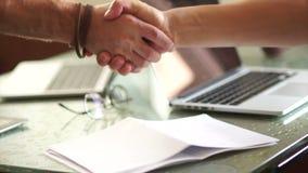 biznesmena uścisk dłoni dwa Zakończenie mężczyzna chwiania ręki z each inny Biznesowy pojęcie wniosek zbiory wideo