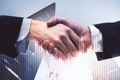 Biznesmena uścisk dłoni i biznesowa mapa obrazy stock