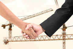 Biznesmena uścisk dłoni w budowa żurawiu. Zdjęcia Royalty Free