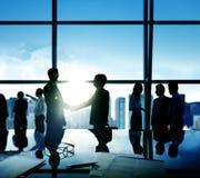 Biznesmena uścisku dłoni transakci oddania Biznesowy pojęcie zdjęcia stock