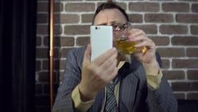 Biznesmena używać telefoniczny z ściana z cegieł indoors i pić alkohol zdjęcie wideo
