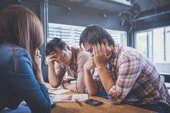 Biznesmena uczucie martwiący się i męczący na biznesowy niepomyślnym obraz royalty free