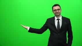 Biznesmena udźwig Lub Przedstawiać Coś na zieleń ekranie Prawa strona zbiory wideo