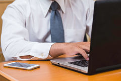 Biznesmena use komputer na biurku drewnianym Obrazy Stock