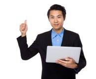 Biznesmena use laptop i kciuk up Obrazy Stock