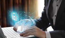 Biznesmena use laptop z kłódki i chmury technologii backgro Fotografia Royalty Free