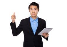 Biznesmena use pastylka i kciuk up Zdjęcia Stock