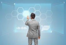 Biznesmena wirtualny ekran z siecią Zdjęcia Stock