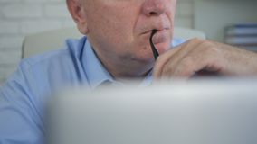 Biznesmena wizerunek w Biurowy Myślący Zadumanym obrazy royalty free