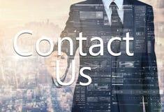 biznesmena writing kontakt z miastem wewnątrz My na przejrzystej desce zdjęcia stock