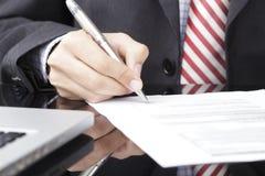 Biznesmena writing na formie Zdjęcie Stock