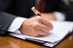 Biznesmena writing na jego agendzie Zdjęcie Royalty Free