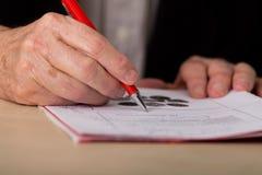 Biznesmena writing notatki w biurze Zdjęcie Royalty Free