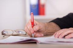 Biznesmena writing notatki w biurze Zdjęcia Royalty Free