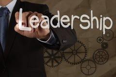 Biznesmena writing przywódctwo umiejętność z przekładnią na zmiętym recyc zdjęcia stock