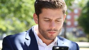Biznesmena wysylanie sms Na telefonie komórkowym Podczas gdy Jedzący lunch zdjęcie wideo
