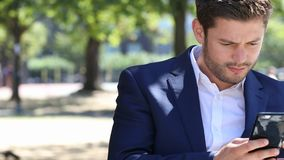 Biznesmena wysylanie sms Na telefonie komórkowym W miasto parku zbiory wideo