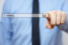 Biznesmena wzruszającego interneta rewizi wirtualny bar obraz stock