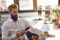 Biznesmena wzruszający telefon komórkowy w biurze podczas pracy zdjęcia royalty free