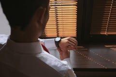 Biznesmena zegar odziewa, biznesmen sprawdza czas na jego wristwatch Fotografia Stock