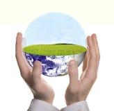 biznesmena ziemi zieleni ręka kształtująca dobrze Zdjęcie Royalty Free
