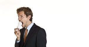 Biznesmena zjadliwy lightbulb zdjęcie stock