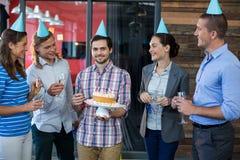 Biznesmeni świętuje ich kolegów urodzinowych Obrazy Royalty Free