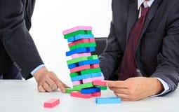 Biznesmeni bawić się drewnianych bloki gemowych Obrazy Stock