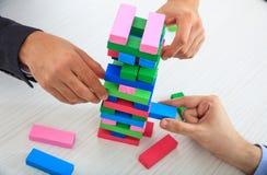 Biznesmeni bawić się drewnianych bloki gemowych Obrazy Royalty Free