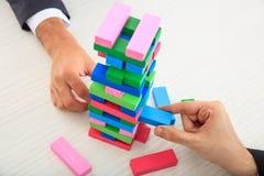 Biznesmeni bawić się drewnianych bloki gemowych Fotografia Royalty Free