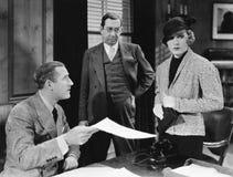 Biznesmeni daje papierowi skołatana kobieta (Wszystkie persons przedstawiający no są długiego utrzymania i żadny nieruchomość ist Zdjęcia Stock
