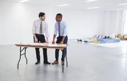 Biznesmeni dyskutuje plany dla biurowego wewnętrznego projekta obrazy stock
