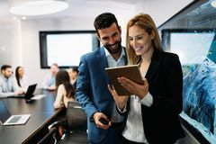 Biznesmeni dyskutuje podczas gdy używać cyfrową pastylkę w biurze zdjęcia royalty free