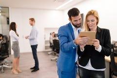 Biznesmeni dyskutuje podczas gdy używać cyfrową pastylkę w biurze obraz stock