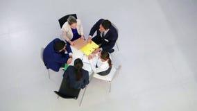 Biznesmeni dyskutuje podczas spotkania w biurze zdjęcie wideo