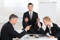 Biznesmeni Kłóci się Przed biznesmena Medytować Obrazy Stock
