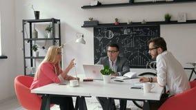 Biznesmeni kończą pić kawowy i śpieszyć 20s 4k zdjęcie wideo