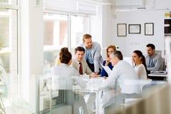 Biznesmeni kolaboruje w biurze zdjęcie royalty free
