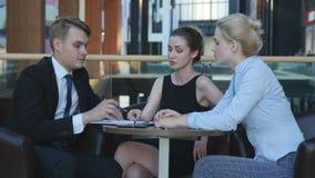 Biznesmeni komunikują w kawiarni zdjęcie wideo