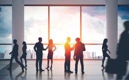 Biznesmeni komunikuje w lobby royalty ilustracja