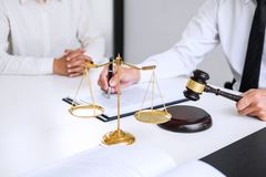 Biznesmeni lub prawnik ma drużynowego spotkania dyskutuje agreemen zdjęcia royalty free