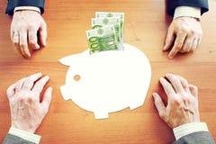 Biznesmeni myśleć o savings pieniądze w euro Obrazy Royalty Free