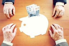 Biznesmeni myśleć o savings pieniądze w Rosyjskich rublach Zdjęcie Royalty Free