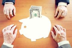 Biznesmeni myśleć o savings pieniądze w USA dolarach Fotografia Royalty Free