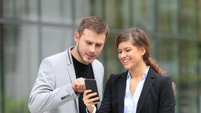 Biznesmeni ogląda mądrze telefon zawartość zdjęcie wideo