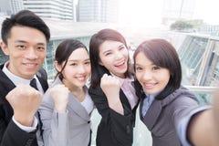 Biznesmeni one uśmiechają się szczęśliwie w Hongkong Obrazy Royalty Free