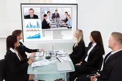 Biznesmeni patrzeje projektoru ekran obraz royalty free