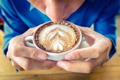Biznesmeni piją kawę w ranku przy resturent obrazy stock