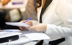 Biznesmeni podpisują pieniężnych kontrakty urzędowy dokument obrazy stock
