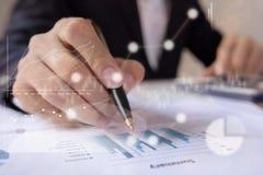 Biznesmeni pracuje z wykresów dane przy biurem, Finansowymi kierownikami zadanie, pojęcie biznesem i pieniężną inwestycją,